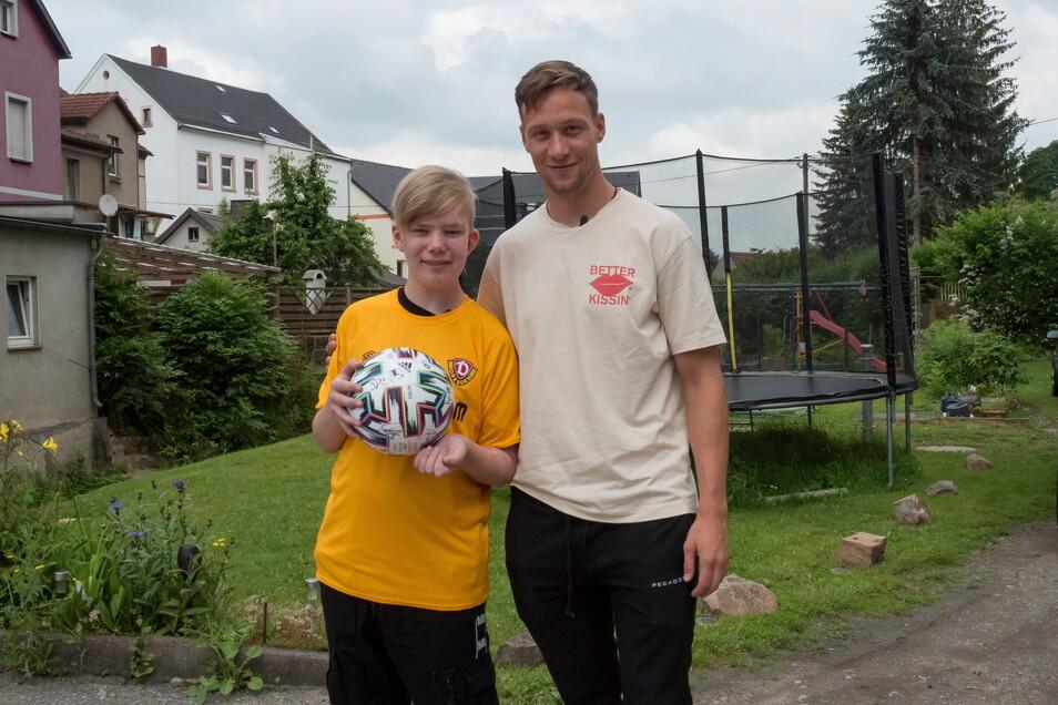 Bei seinem Besuch in der Nähe von Chemnitz brachte Tim Knipping seinem neuen Freund Leon ein Dynamo-Shirt und eine Ball mit allen UNterschriften der Dynamo-Spieler mit.