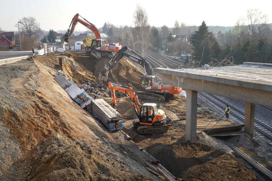 Die Straßenanschlüsse an die alte Brücke über die Bahngleise in Großharthau sind schon beseitigt; am Wochenende wird das Bauwerk abgerissen.
