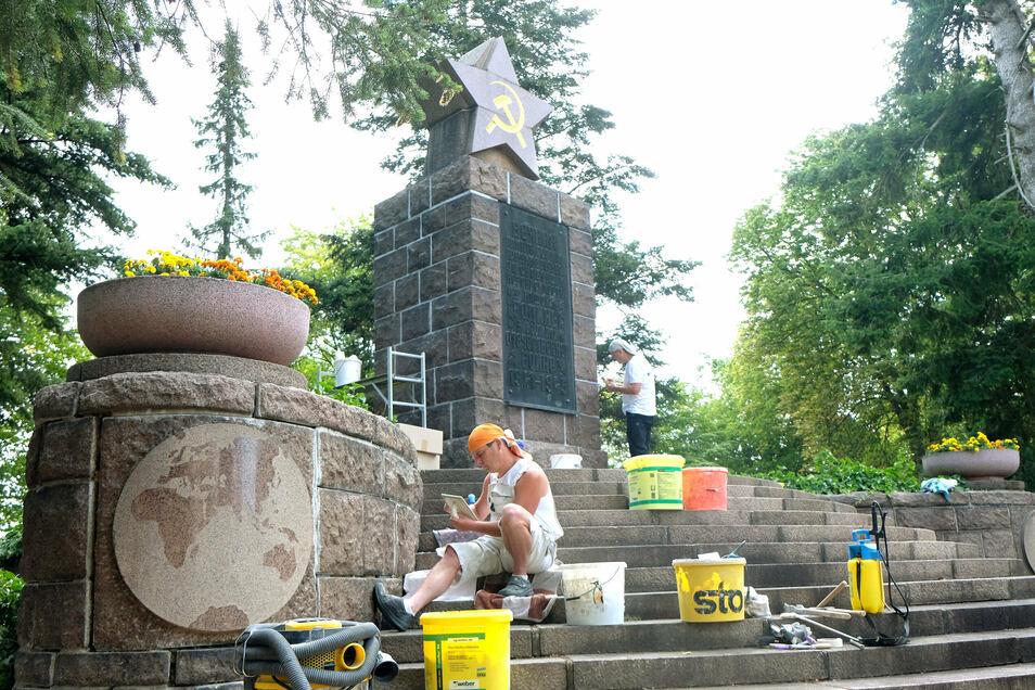 Roland Seidel und André Förster arbeiten seit zwei Wochen am Denkmal am Trinitatisfriedhof.