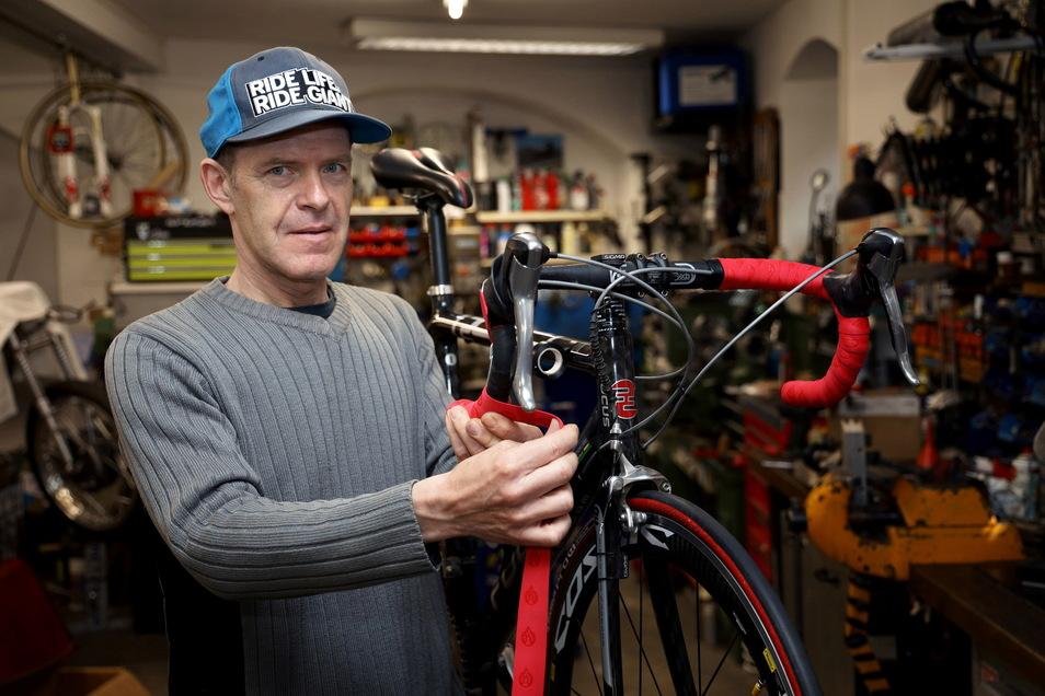 Die Fahrradwerkstätten wie hier beim Riesaer Ronald Weser dürfen auch unter den aktuellen Regeln auf bleiben. Beim Verkauf gelten aber wieder Einschränkungen.
