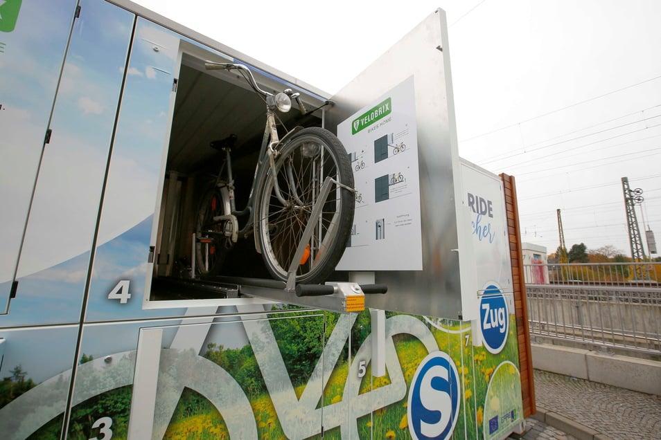 Abschließbare Fahrradbox am Bahnhof Coswig: So ähnlich wird die Anlage in Pirna aussehen - nur größer.