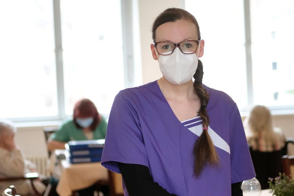Peggy Fuhrmann arbeitet seit etwa einem halben Jahr in der Tagespflege und leitet dort das Team. Sie kennt ihre Verantwortung und freut sich, wenn die Bewohner sich wohlfühlen.