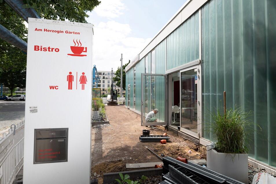 Ein neues Schild kündigt es bereits an: Schon bald kann das öffentliche WC am Zwingerteich wieder genutzt werden. Noch ist es aber geschlossen.