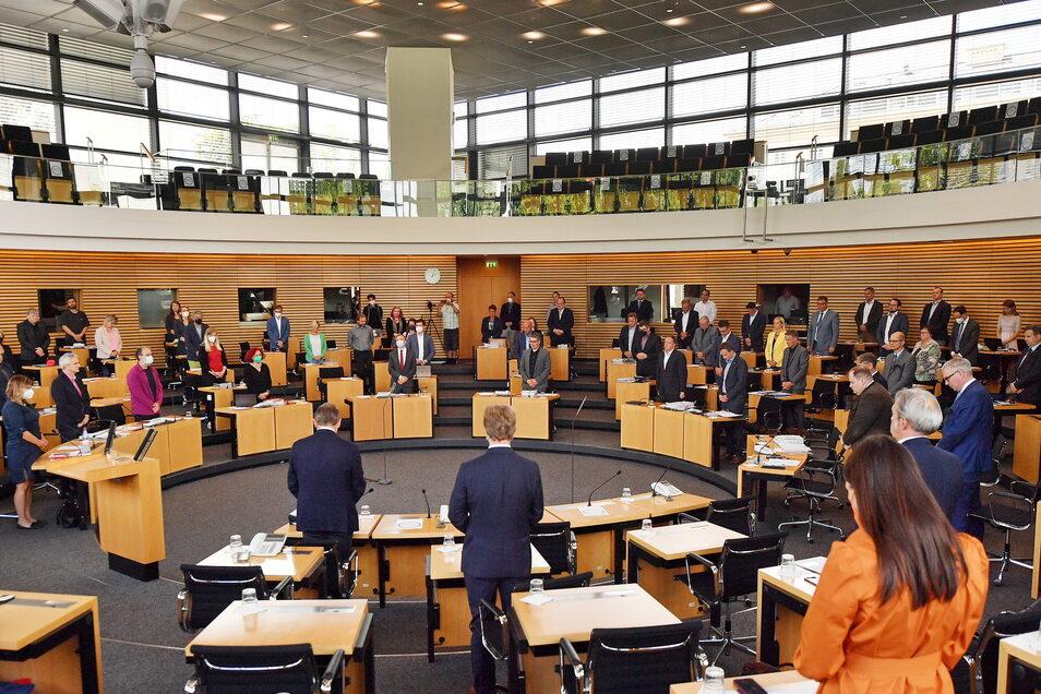Mit einer Schweigeminute für die Opfer von Würzburg beginnt die Sitzung des Thüringer Landtags. Ein Antrag auf Auflösung des Parlaments, für den 30 Unterschriften von Abgeordneten nötig sind, ist am 30. Juni gestellt worden.