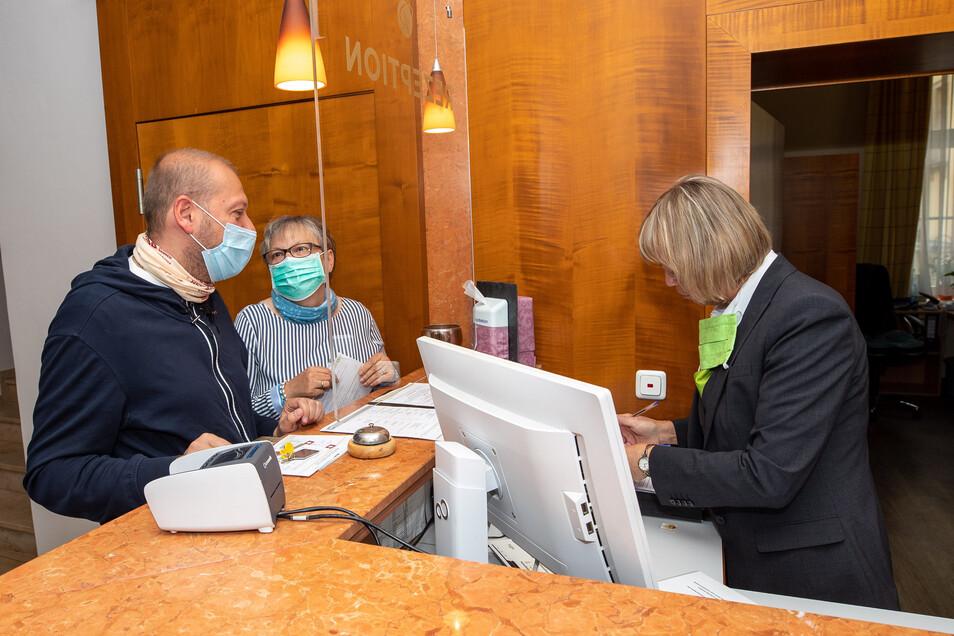 Stefan und Sieglinde Göbel waren am Freitag die ersten Gäste nach der Wiedereröffnung im Parkhotel Bad Schandau.