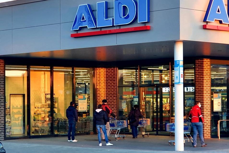 Schon weit vor 7 Uhr standen die Kunden am Samstagmorgen vor dem Aldi an der Kesselsdorfer Straße in Gorbitz Schlange.