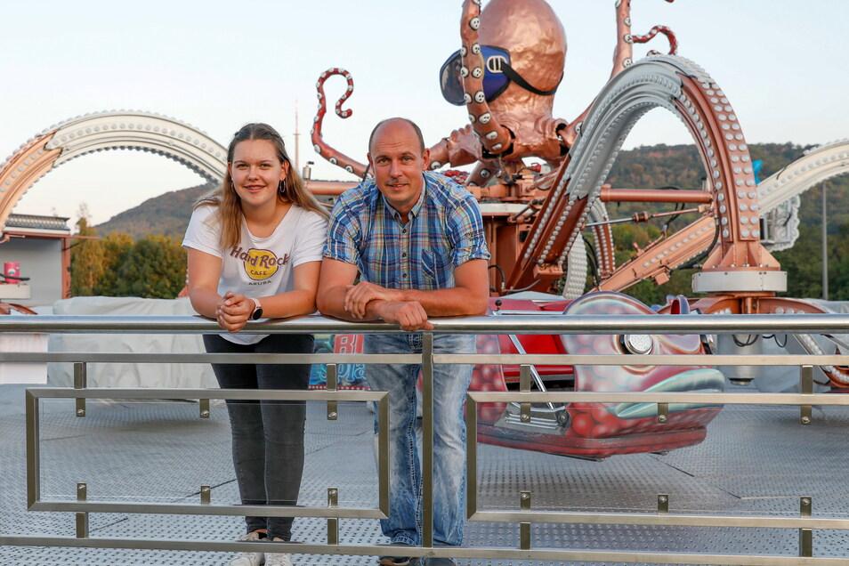 Thomas Bachmann, hier mit seiner Tochter, organisiert den Schaustellerpark auf der Löbauer Festwiese.