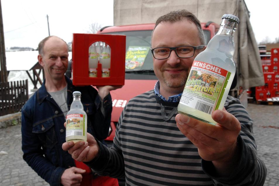 Stefan Kubitz (vorn) und Peter Zabel, die beiden Geschäftsführer von Menschel-Limo, werben mit ihrer Kult-Limo auf der Grünen Woche für die Region.