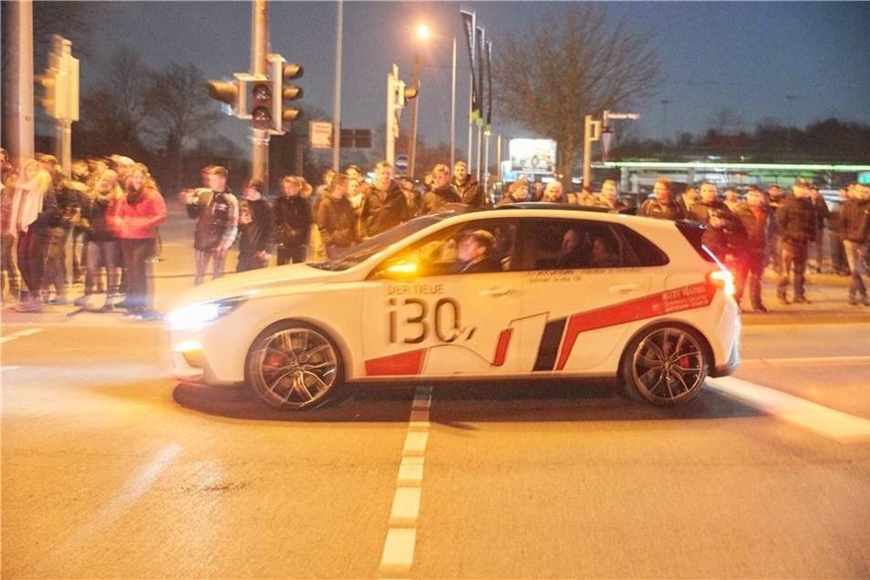 Beobachter berichten, dass außer dem Ankommen der Autos nicht viel während der Carfreitag-Treffens passierte.