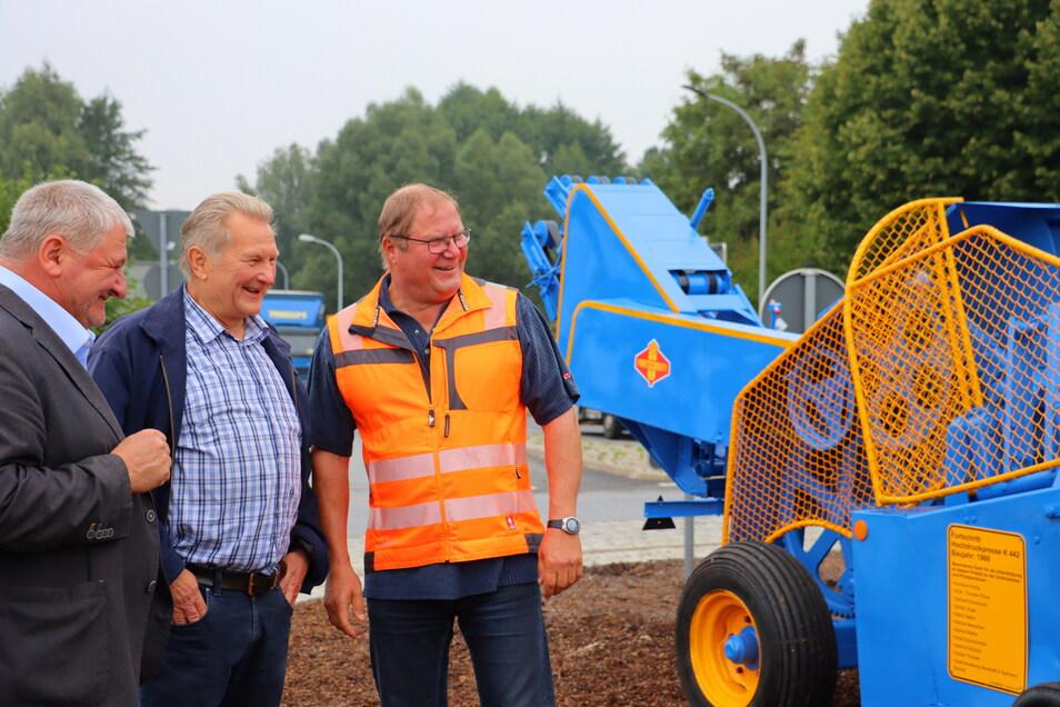 Da werden Erinnerungen wach. Gerhard Kolodzinski (Mitte) hat sich um die Aufarbeitung der Ballenpresse gekümmert, hier beim Aufstellen mit Neustadts Bürgermeister Peter Mühle (links) und Bauhofchef Jörk Wolf.