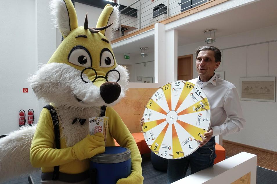 Stadtwerkechef Gunnar Fehnle mit dem Stadtwerkefuchs. In der kommenden Woche will der Energieversorger seinen ganz speziellen Adventskalender in Döbeln aufmachen.