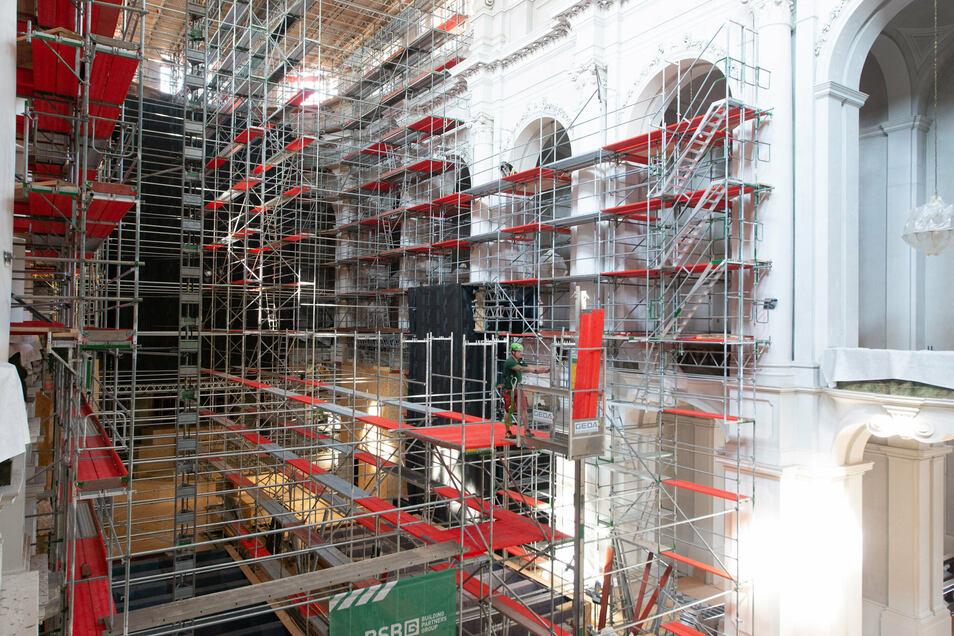 14 Etagen haben die Gerüste, die in der Hofkirche empor ragen.