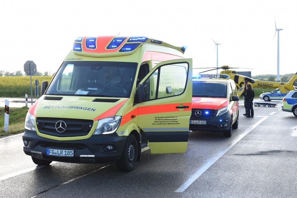 Ein Notarzt sowie das Team des Rettungsdienstes kümmerten sich um den Schwerverletzten vor Ort.