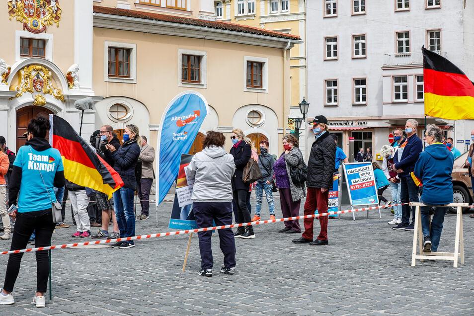 Rund 30 Teilnehmer versammelten sich zur Demo auf dem Altmarkt in Löbau.