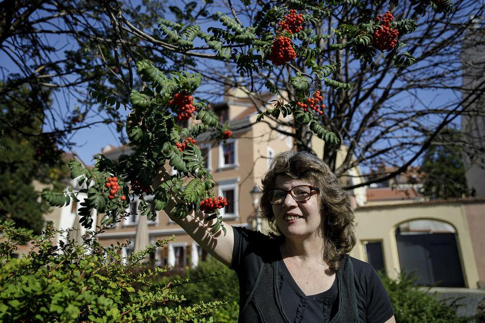 Alena Beckova hat früher im Wald gelebt und weiß deshalb, welche Pflanzen man essen kann. Zum Beispiel die angeblich giftigen Früchte der Eberesche, auch Vogelbeeren genannt.