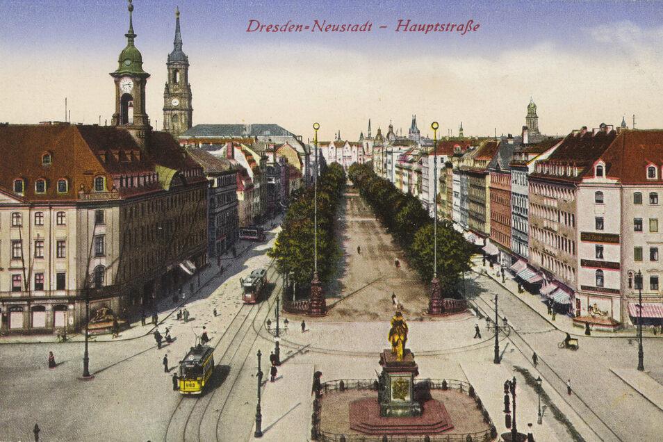 Der Neustädter Markt mit der Hauptstraße um 1910 auf einer Postkarte. Links ist das Neustädter Rathaus mit dem markanten Türmchen zu sehen.