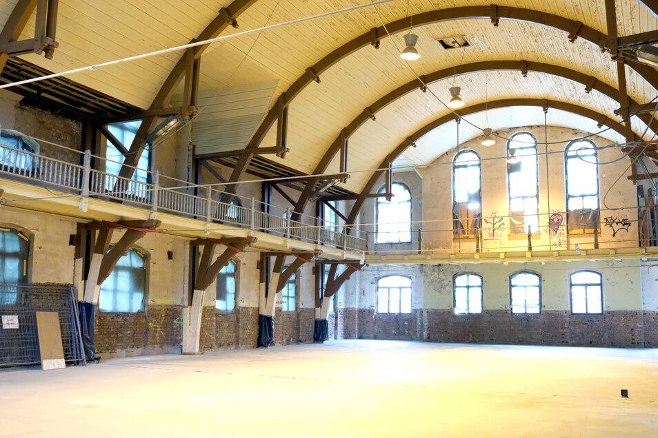 So sieht es heute in der Jahnhalle aus. Die Stützbalkenkonstruktion ist wieder sicher und der Fußboden ist erneuert.