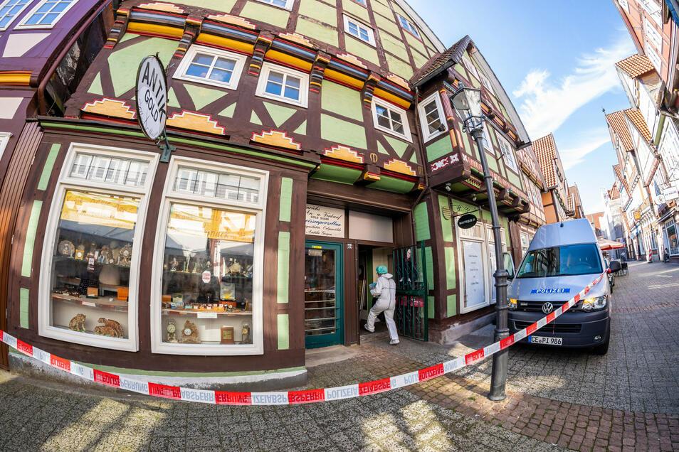 In Celle haben zwei bewaffnete Männer versucht, einen Juwelier zu überfallen. Beide Täter wurden tödlich verletzt.