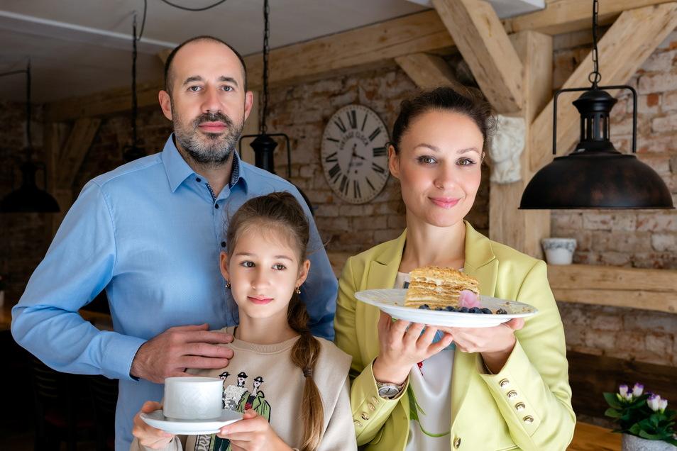 Servieren in Königstein rustikale, europäische Küche: Juri Kelisch und seine Frau Madina Schidakowa, hier mit ihrer Tochter.