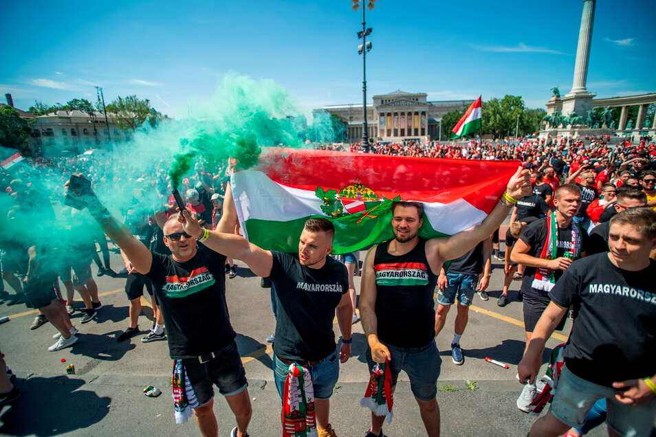 Tausende ungarische Fans sind auf dem Weg zur Puskas-Arena in Budapest. Das Stadion wird mit 61.000 Zuschauern ausverkauft sein - trotz Corona-Pandemie.