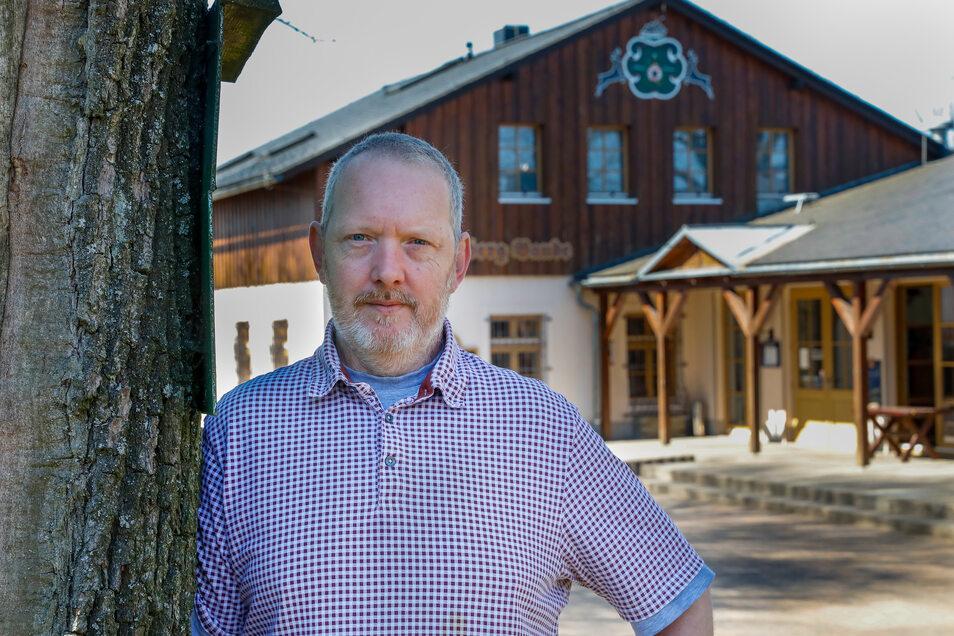 Der Oderwitzer Spitzbergbauden-Wirt Andreas Becker kocht über die Osterfeiertage Menüs zum Abholen. Tische und Stühle im Biergarten muss er wegräumen.