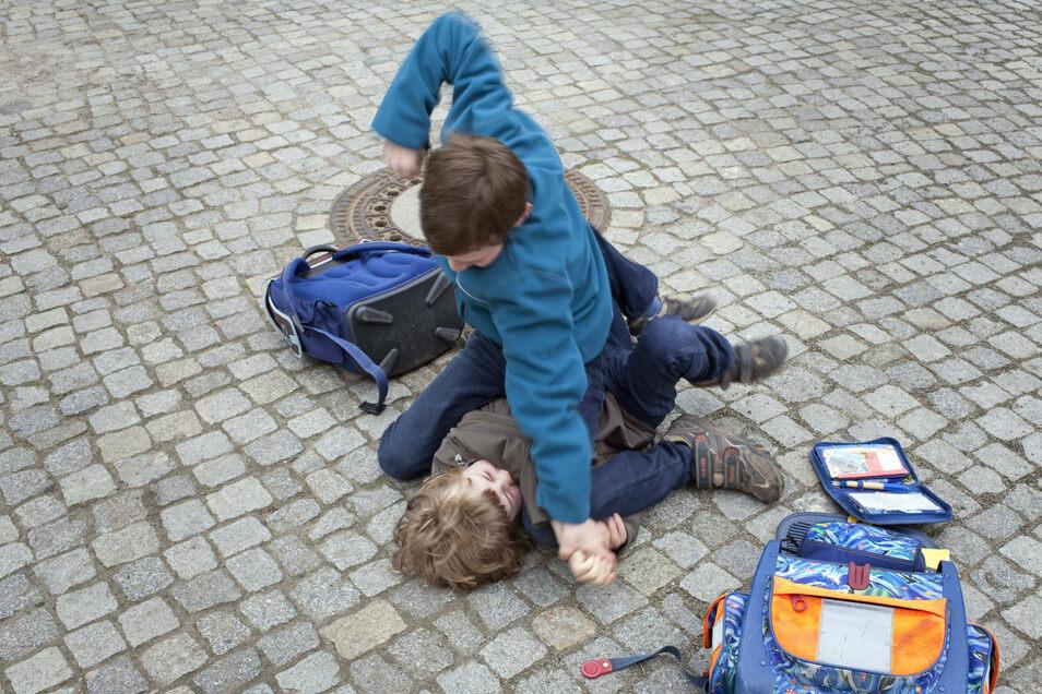 Kinder prügeln sich auf dem Schulhof. Das kann eine harmlose Keilerei sein und die Feinde von heute morgen wieder die besten Freunde sein. Doch wenn es immer gegen denselben Schüler geht, dieser allein dasteht, sich nicht mehr wehrt, ist die Grenze zum Mo
