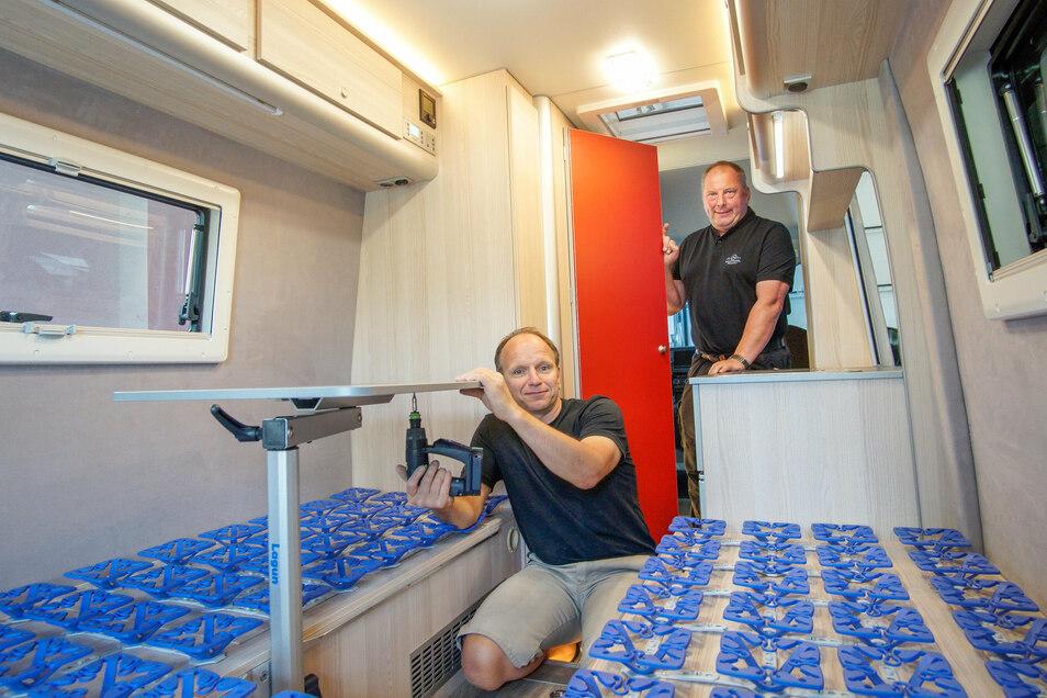 Thomas Hantsch (vorn) und Steffen Schirner von der Reisemobil-Manufaktur in Sohland haben alle Hände voll zu tun: Immer mehr Leute lassen sich ein Wohnmobil ausbauen oder wollen ein Fahrzeug leihen.