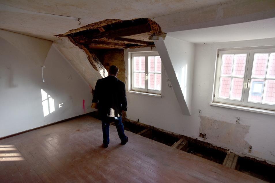 Das Dachgeschoss soll ausgebaut werden. Die Löcher in Dach und Boden sind für die Prüfung der Balken entstanden.