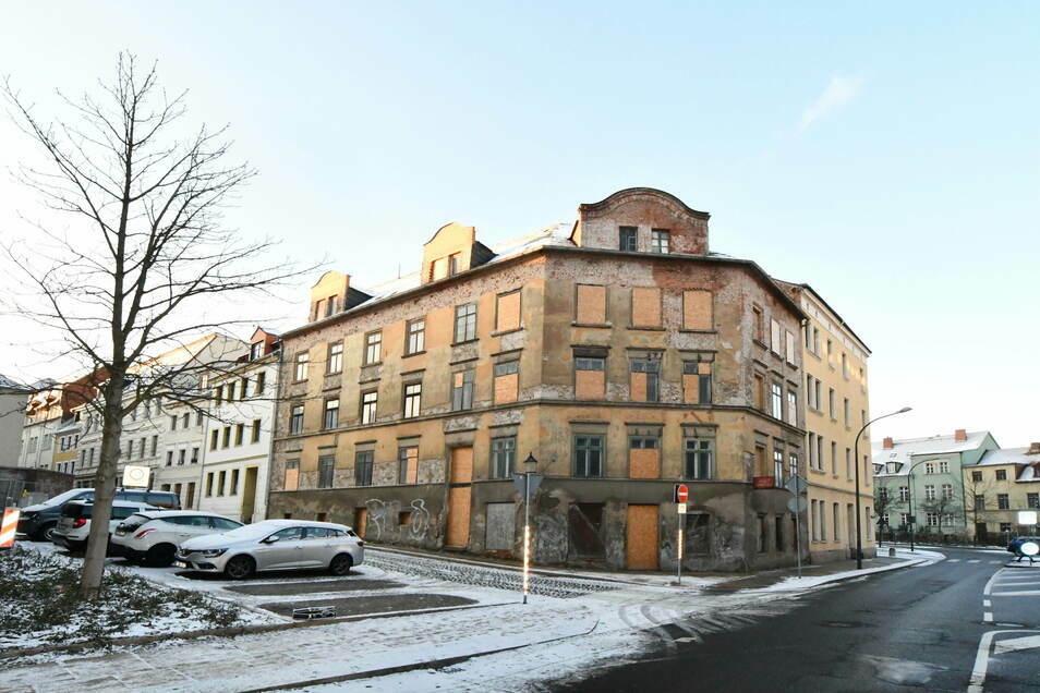 Das Eckhaus Breite Straße 13 a in Görlitz soll bei einer Auktion am 19. März versteigert werden. Das Haus steht direkt gegenüber der Jägerkaserne.