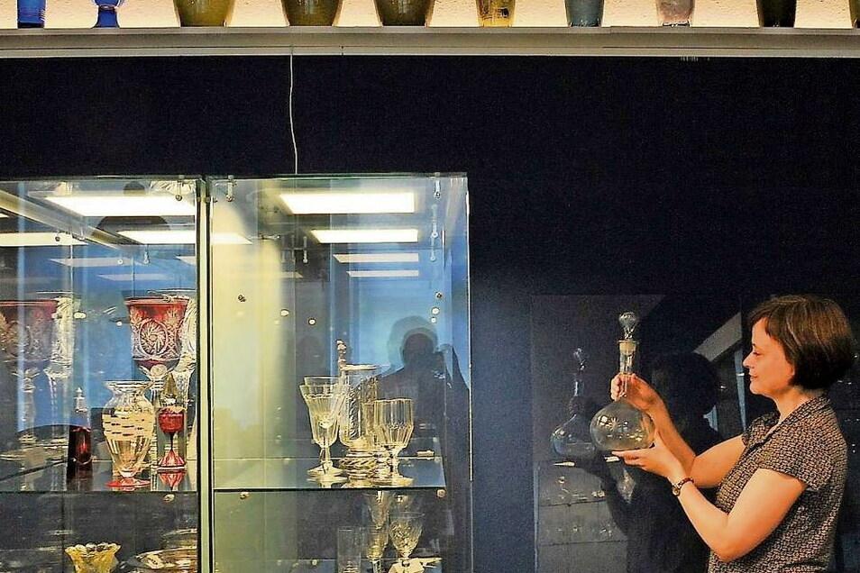 Kräftige Farben an den Wänden und die neue Vitrinenbeleuchtung setzen die Ausstellungsstücke im Glasmuseum Weißwasser in Szene. Die lange Schließzeit während der Pandemie wurde nicht nur zur Inventarisierung genutzt, sondern auch, um neue Akzente zu