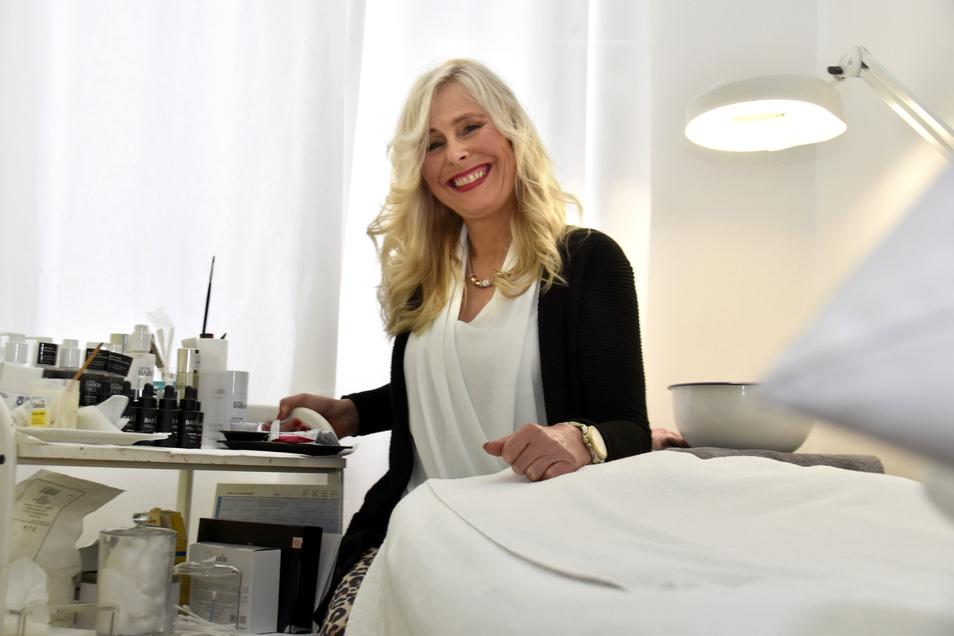 Kosmetikerin Franziska Tschöpe darf seit Montag wieder arbeiten. Ein bisschen zumindest.