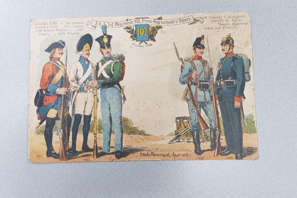 Auch diese historische Postkarte vom 102er Regiment, die die unterschiedlichen Uniformen über die Jahrzehnte zeigte, fand das Stadtforum im Schuhmacherladen.