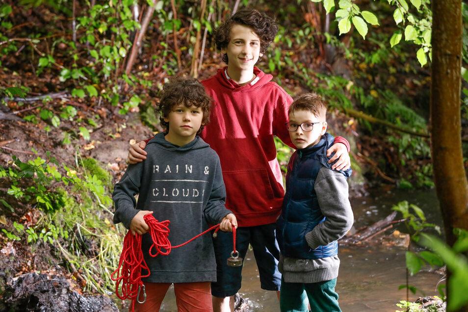 Naél, Tamo und Fabio am Flüsschen in Rosenhain, wo sie die Granate fanden. Mit einem Magneten fischten sie die Munition aus dem Wasser.