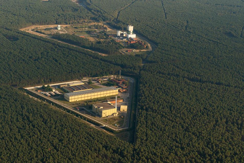 Das Atomare Zwischenlager (vorn), sowie das ehemalige Erkundungsbergwerk Gorleben.