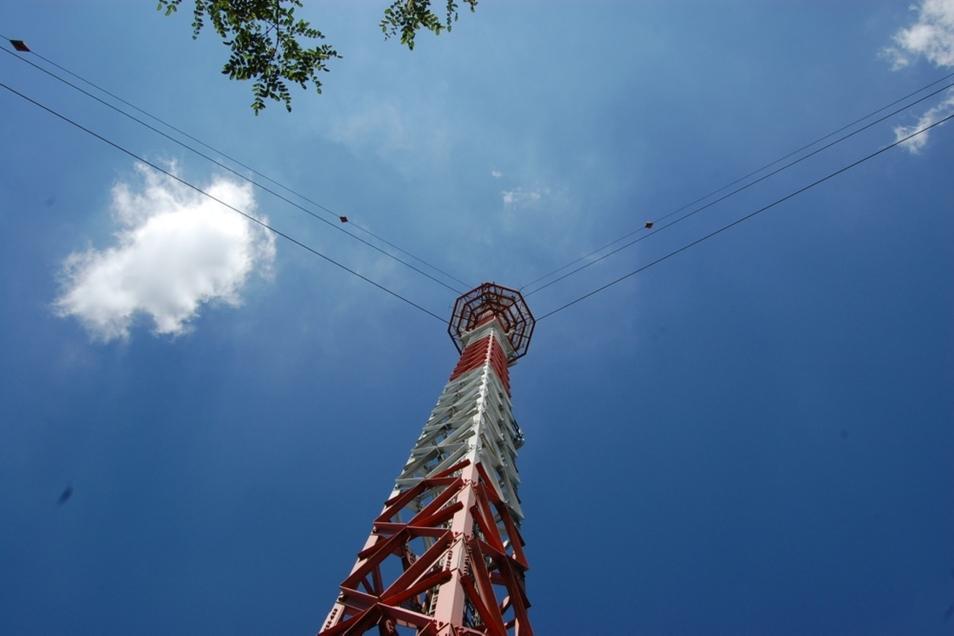 Der Antennenträger in Zeißig ist jetzt 23 Jahre alt. Er hat UKW-Antennen an seiner Spitze sowie in 105 Metern Höhe, dazwischen DABplus-Antennen.