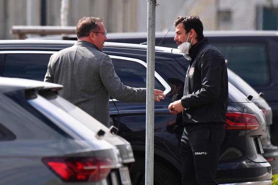 Nach seiner Beurlaubung verabschiedet sich Markus Kauczinski (l.) am Sonntagvormittag auf dem Parkplatz des Trainingszentrums von seinem Assistenten Ferydoon Zandi.