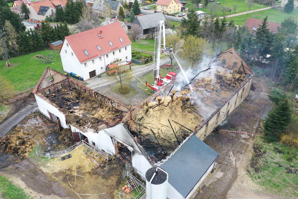 Bild der Katastrophe: Im Glashütter Ortsteil Cunnersdorf brannten zwei Scheuen mit Ställen nieder.