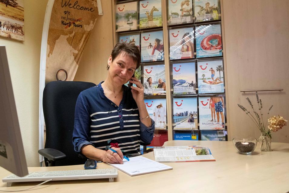 Kathrin Korfmacher-Pollul, Inhaberin der Reisebüros Korfi Tours, berät einen Kunden am Telefon.