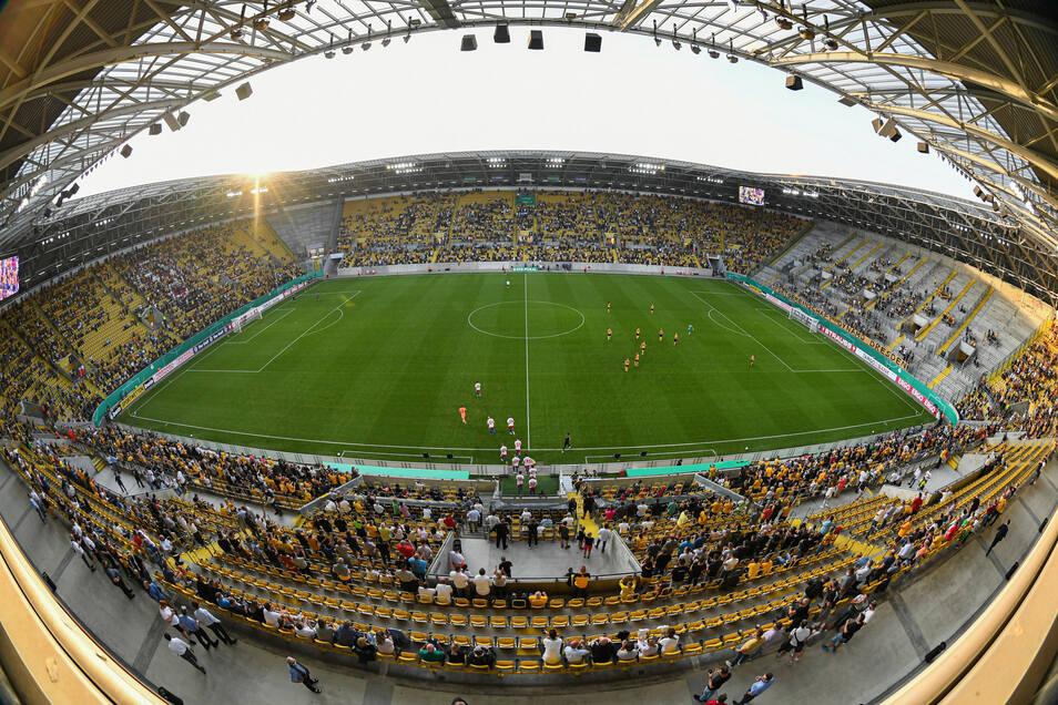 Voller als zuletzt und trotzdem noch mit reichlich Platz: das Rudolf-Harbig-Stadion am Montagabend bei Dynamos Pokalspiel gegen den Hamburger SV.