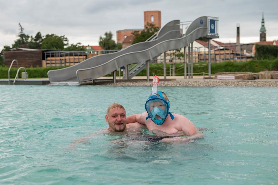 Dem nicht sommerlichen Wetter zum Trotz, stürzten sich Papa Michael und sein elf Jahre alter Sohn Paul ins Wasser. Die Familie lebt in der Nähe von Kassel. Michael Eckardt kennt das Bad aus Kindertagen.