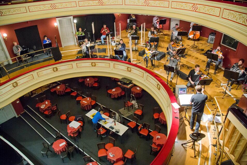 Das Gerhart-Hauptmann-Theater hatte sich im Sommer auf einen an die Pandemie angepassten Spielbetrieb eingestellt und für große Abstände gesorgt.