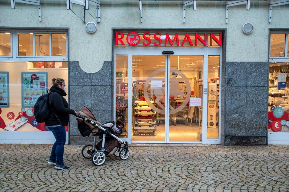 Kunden standen am Dienstag bei Rossmann vor verschlossenen Türen.