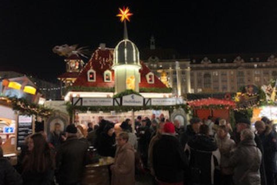 Die Hoflößnitz im Nachbau als Bude auf dem Striezelmarkt in Dresden. Hier wurde am Freitag Kinderpunsch für einen guten Zweck verkauft.