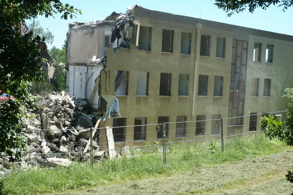 Die alte Poliklinik am Damm wurde Anfang der 2000er-Jahre abgerissen. Bis dahin war in diesem Hausteil die Innere Station 4 des Krankenhauses untergebracht.