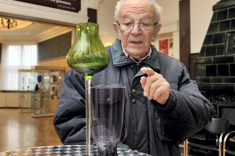 Gründungsmitglied Horst Gramß ist einer der letzten noch lebenden Glasdesigner in Weißwasser. Die Sonderausstellung zu seinem 85. Geburtstag wurde wegen Corona verlängert.