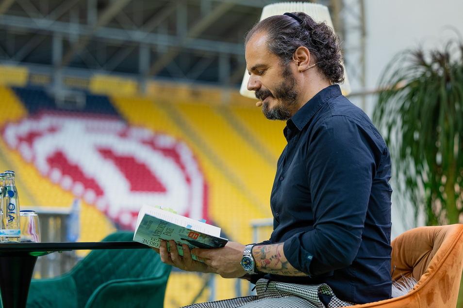 Krimi im Dresdner Dynamo-Stadion: Frank Goldammer las dort schon zum zweiten Mal. Dabei ist er gar kein großer Fußballfan.