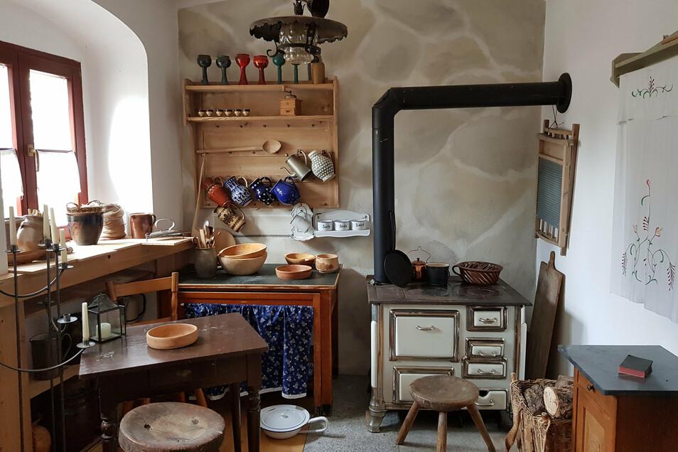 Noch steht diese alte Küchenhexe - ein mit Brennholz befeuerter Herd - in der Neuen Wasserkunst. Aber nicht mehr lange. Auch das Regal und der Waschtisch ziehen ins Hexenhaus.
