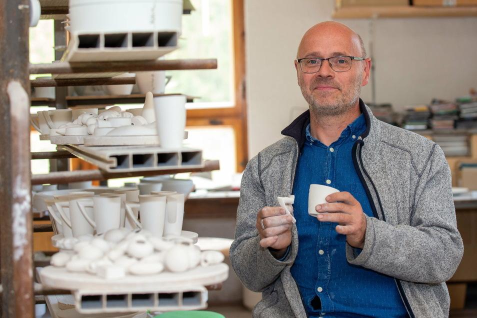Sonst auf dem Weihnachtsmarkt, jetzt im Geschenke-Notdienst: Der Porzellangestalter Jürgen Havekost aus Rosenthal gehört zu den vielen Kunsthandwerkern, die sich über Online-Bestellungen freuen.