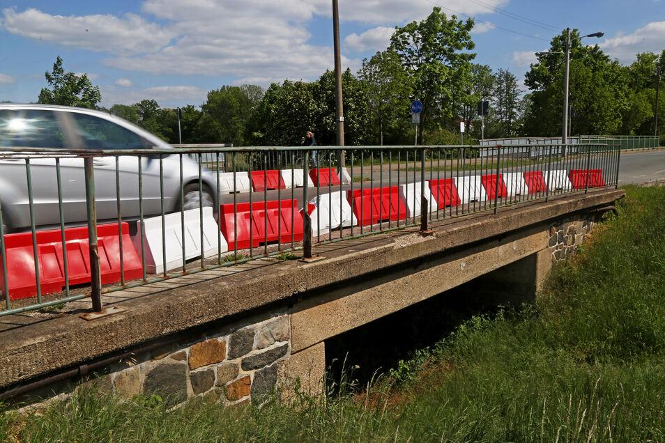 Die Fahrbahnbegrenzung der Brücke an der Poppitzer Landstraße ist bei einem Unfall beschädigt worden. Für die Reparatur muss die Straße jetzt gesperrt werden.
