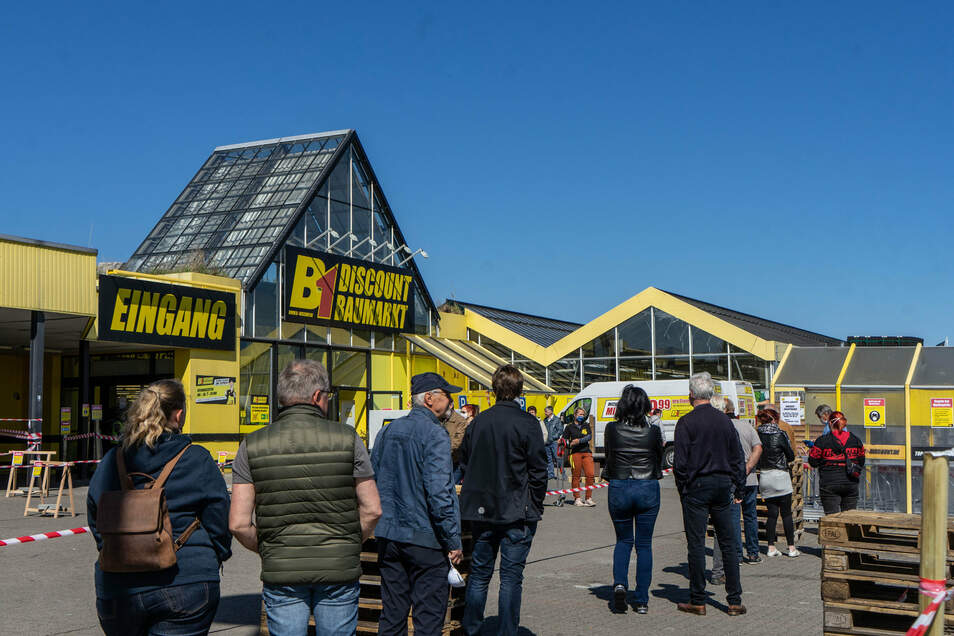 Schlangestehen vorm B 1-Baumarkt im Bautzener Marktkauf-Center. Gleich am ersten Tag, an dem die Baumärkte wieder öffnen durften, herrschte hier Hochbetrieb.